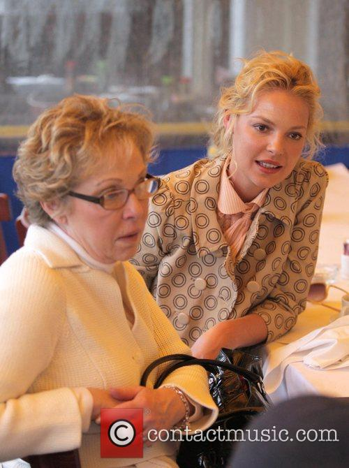 Has lunch with her mother Nancy Heigl and...