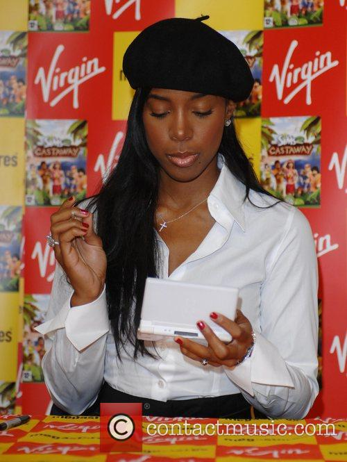Kelly Rowland signing copies of 'Sims 2: Castaway'...