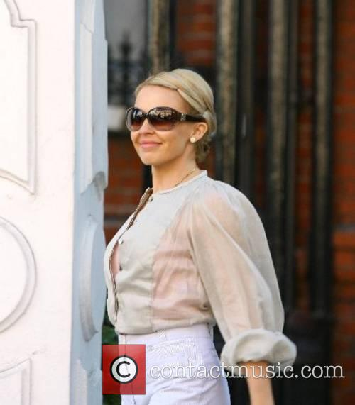 Kylie Minogue leaves her house and makes her...