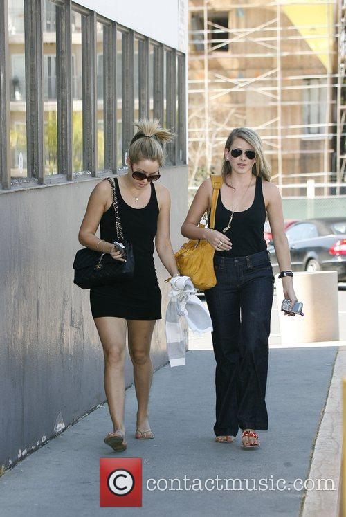 Lauren Conrad and Friend Picking Up Her Dry Cleaning 9
