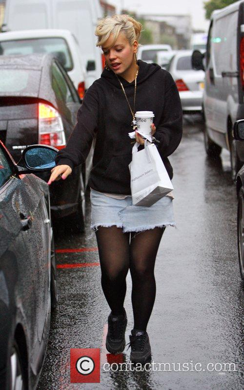 Lily Allen grabs a coffee and a bite...