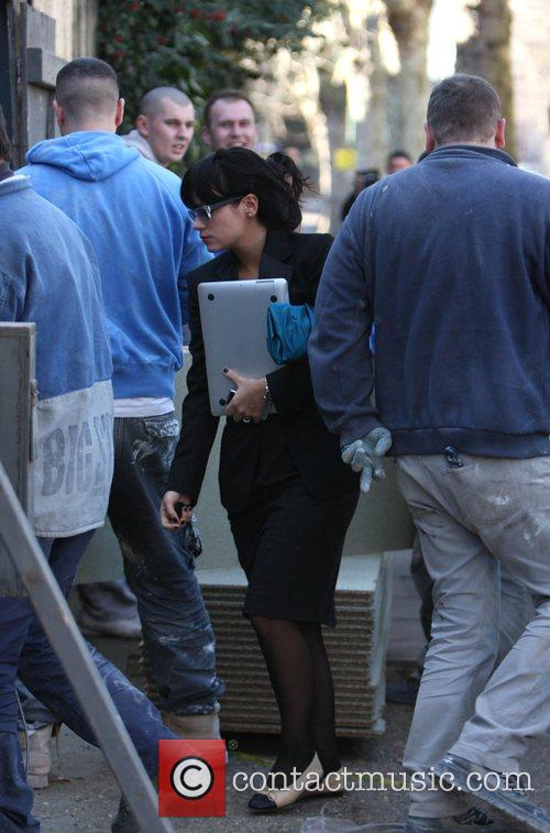 Lily Allen Arrives at her new house surrounded...