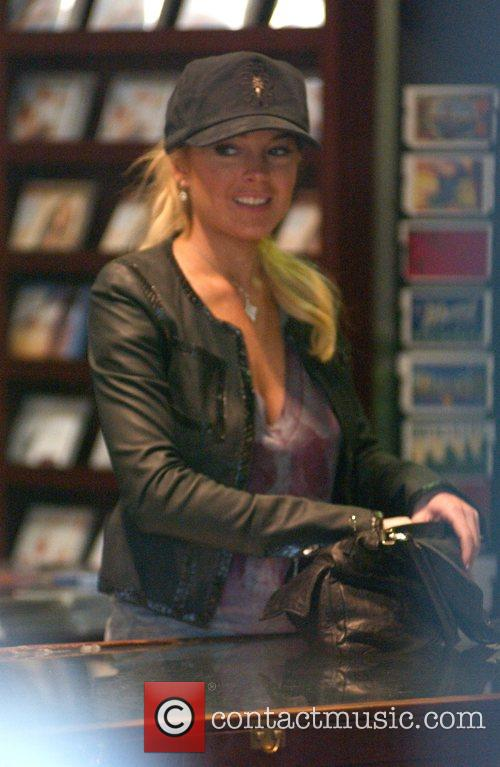 Lindsay Lohan paying by cash on her shopping...