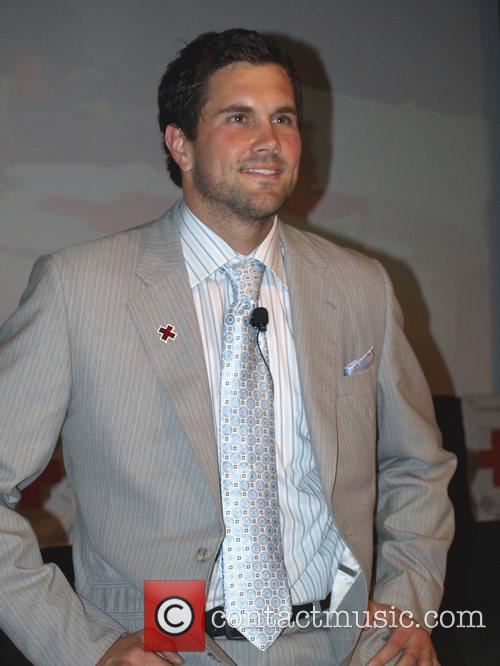 Matt Leinart teams up with the American Red...