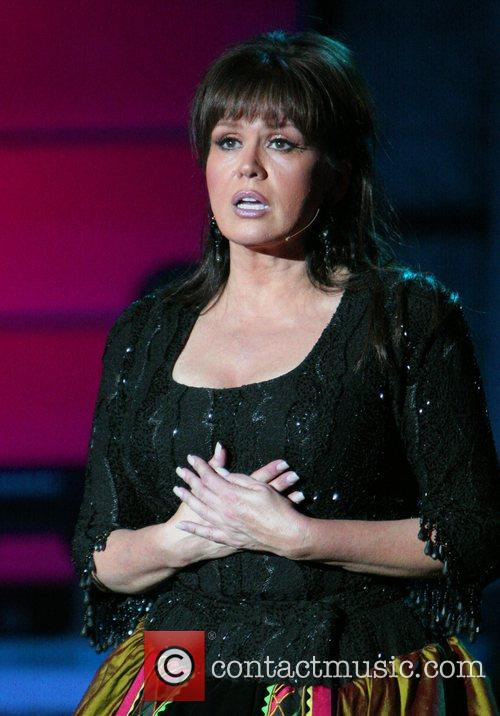 * MARIE OSMOND FIGHTS BACK TEARS, PAYS TRIBUTE...