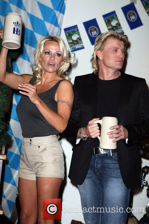 Pamela Anderson, Hans Klok and Las Vegas 26
