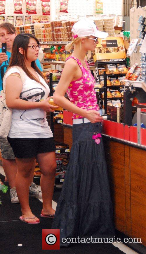 Paris Hilton goes grocery shopping with her boyfriend...