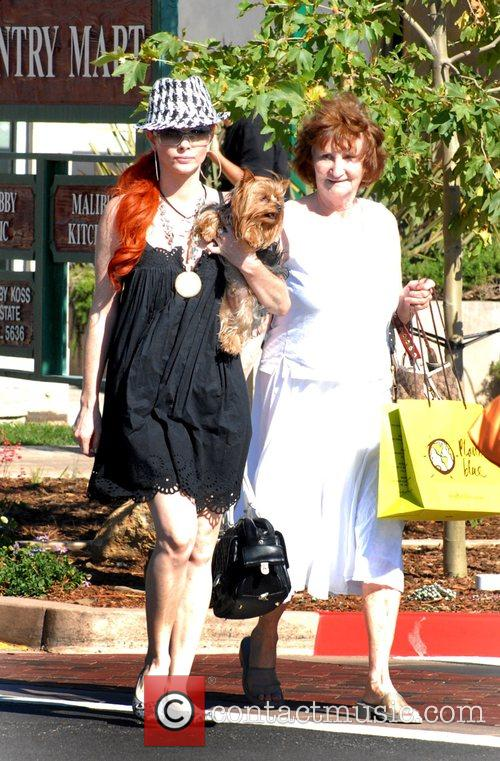 Phoebe Price shopping with her mother