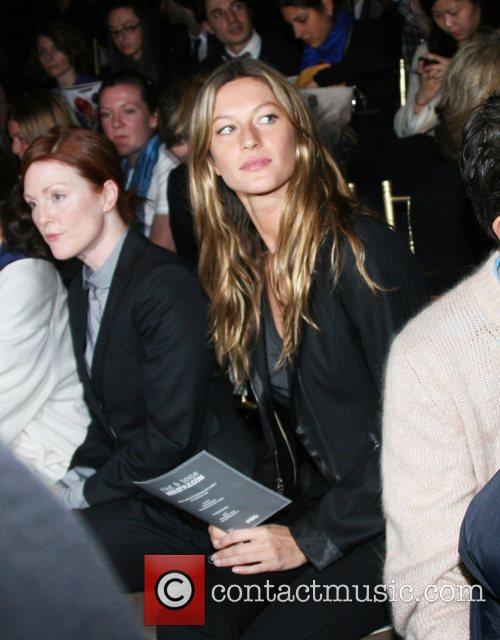 Julianne Moore and Gisele Bundchen 1