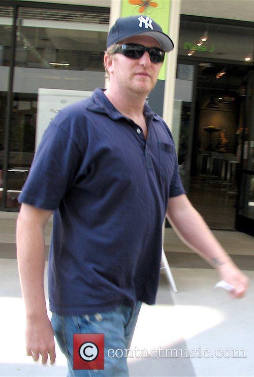 Michael Rapaport walking down Robertson
