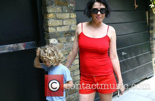 Arrives at Amy Winehouse's house with her son