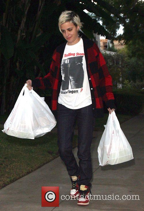 Samantha Ronson brings food into Lindsay Lohan's home