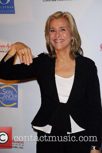 Meredith Vieira displaying the SunRing donated by A...