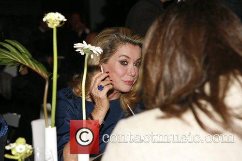 Catherine Deneuve smoking T-Com