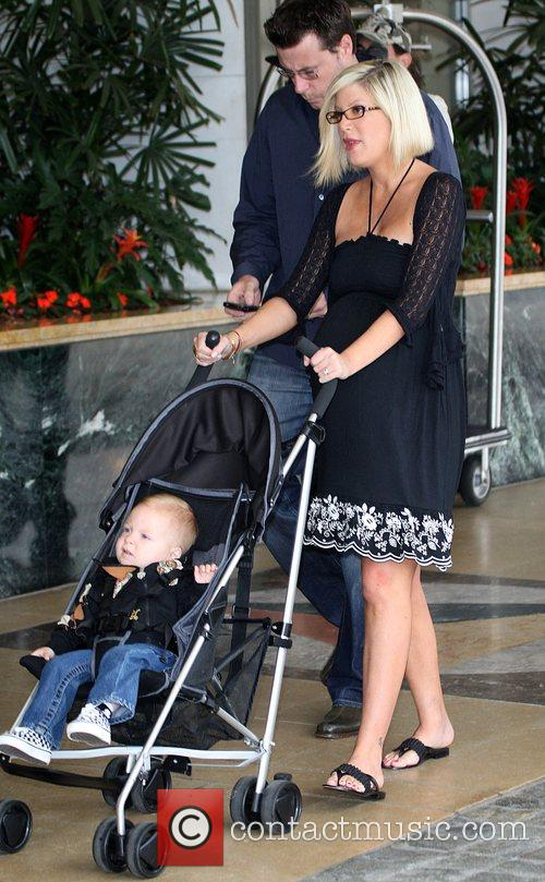 Tori Spelling, Dean Mcdermott and Their Son Liam Mcdermott 8