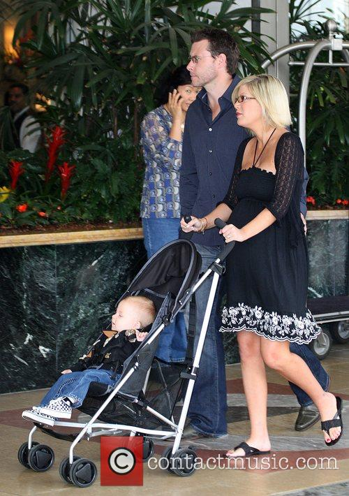 Tori Spelling, Dean Mcdermott and Their Son Liam Mcdermott 10