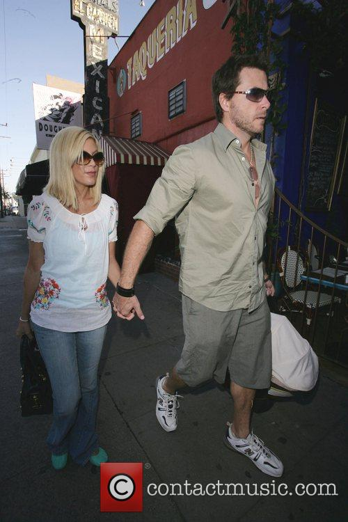 Tori Spelling at pumpkin Patch with husband Dean...