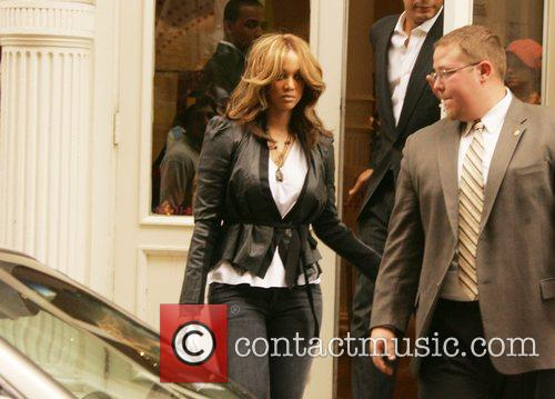 Tyra Banks shopping with her boyfriend in Soho...