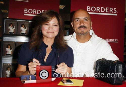 Valerie Bertinelli and Tom Vitale Valerie Bertinelli signs...