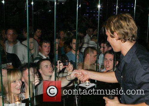 Zac 'Ziggy' Lichman signing autographs at Earth nightclub...