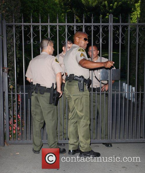 Sheriffs stands guard as Britney Spears visits her...