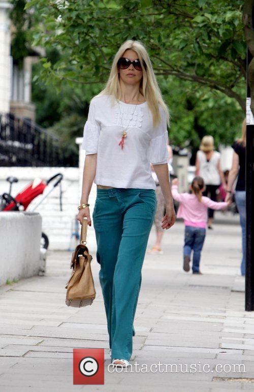 Claudia Schiffer  Takes her children to school...