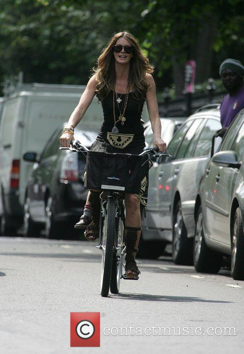 Elle Macpherson  Cycling her son home after...