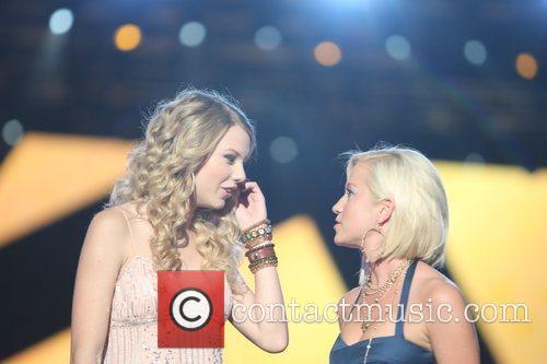 Taylor Swift and Kellie Pickler 2
