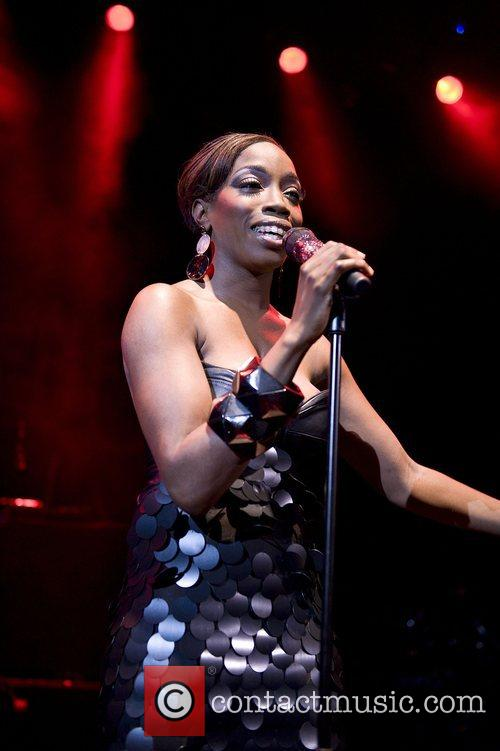 Estelle performs an emotional homecoming show at the...