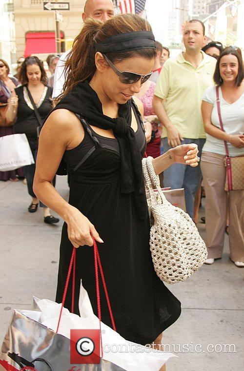 Eva Longoria Parker fuels pregnancy rumours by holding...