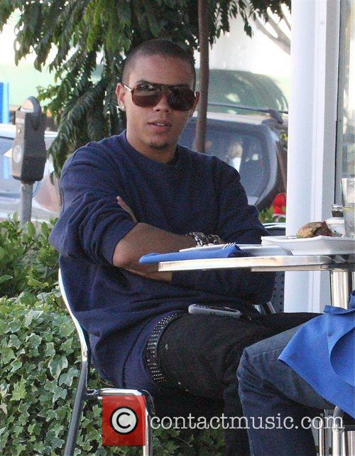 Evan Ross has lunch with a friend in...