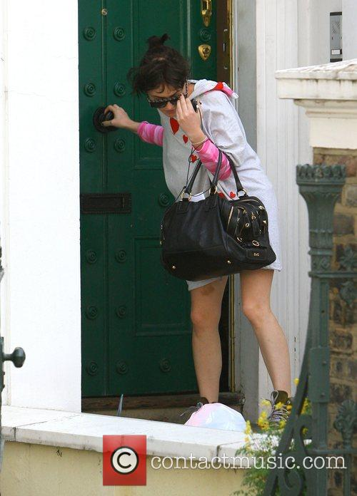 Jaime Winstone Leaving boyfriends Alfie Allen's house this...