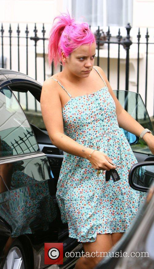 Lily Allen  stops in Primrose Hill to...