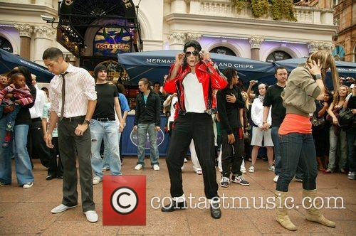Michael Jackson Impersonator 'Navi'  appears in Leicester...
