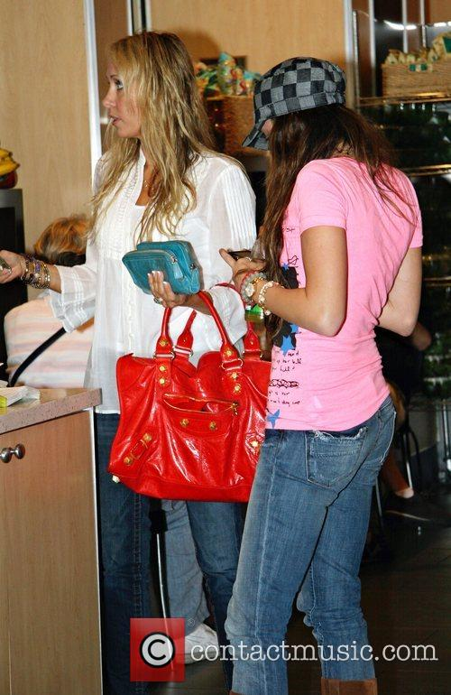 Tish Cyrus and Miley Cyrus stopping for lunch...