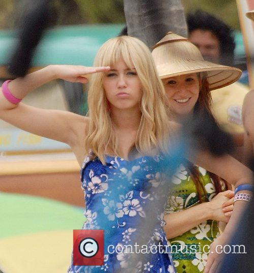 Miley Cyrus filming on location for 'Hannah Montana:...