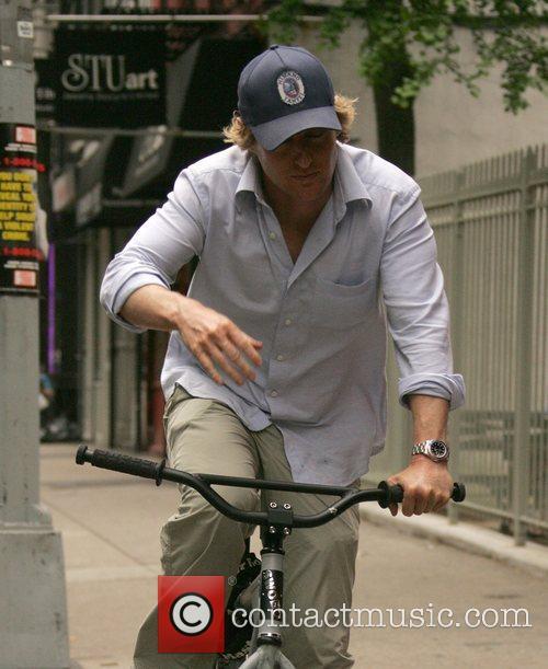 Owen Wilson Riding his bike through Soho New...
