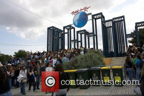 Crowds of people arrive to Rock in Rio...