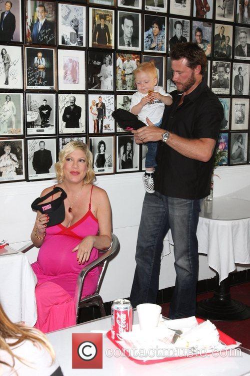Tori Spelling, Dean McDermott and their son Liam McDermott 12