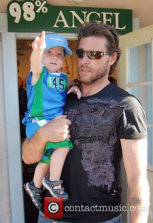 Tori Spelling, Dean Mcdermott and Their Son Charlie 9