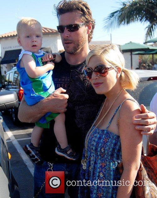 Tori Spelling, Dean McDermott and their son Charlie 9
