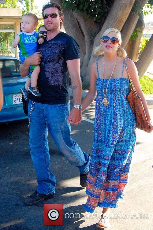 Tori Spelling, Dean Mcdermott and Their Son Charlie 1