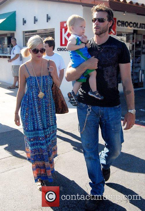 Tori Spelling, Dean Mcdermott and Their Son Charlie 4