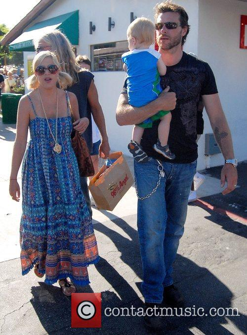 Tori Spelling, Dean Mcdermott and Their Son Charlie 8