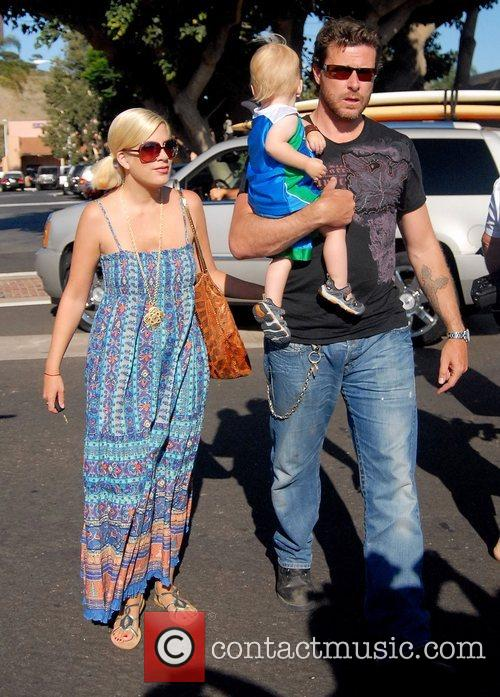 Tori Spelling, Dean Mcdermott and Their Son Charlie 7