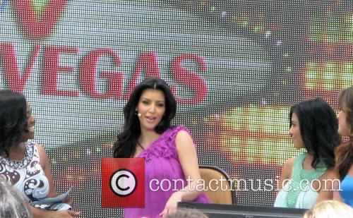 Kim Kardashian and Khloe Kardashian 8