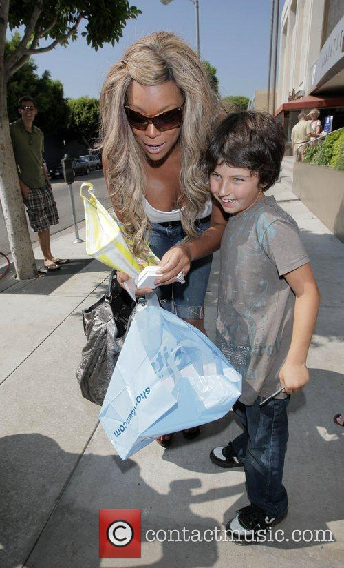 Wendy Williams waliking down Roberts Blvd with a...