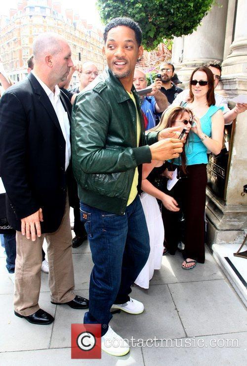 Meets fans outside the Mandarin Oriental hotel