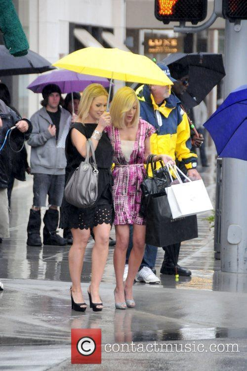 Jennie Garth and Tori Spelling 1