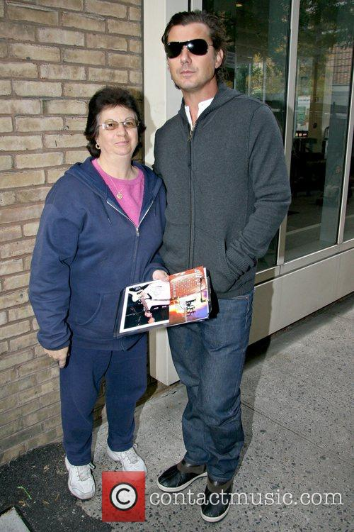 Autograph seeker Linda Rosado and Gavin Rossdale Gavin...